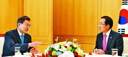 문재인 대통령이 13일 오후 청와대 백악실에서 홍준표 자유한국당 대표와 일대일 회담을 하고 있다. 회담은 문 대통령의 제안을 홍 대표가 받아들이면서 전격 성사됐다. 청와대 제공