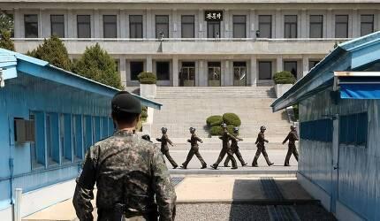 남북정상회담을 일주일여 앞둔 4월18일 경기도 파주 판문점에서 한국 경비병 너머로 북측 경비병들이 근무 교대를 하고 있다. 청와대사진기자단