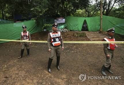 구조작업 시작된 태국 동굴 입구 [AP=연합뉴스]