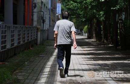 염전주가 거짓 혼인신고한 탓에 뒤늦게 구조된 양정민(가명)씨가 지난 13일 서울 영등포구에서 홀로 길을 걷고 있다. 최현규 기자