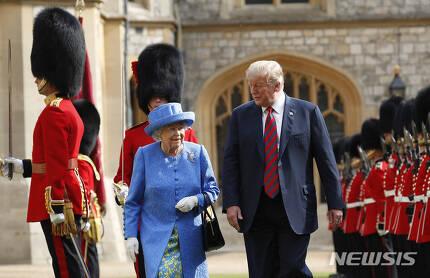 【윈저=AP/뉴시스】 도널드 트럼프 미국 대통령은 13일(현지시간) 영국 윈저궁에서 엘리자베스 2세 영국 여왕을 예방했다.
