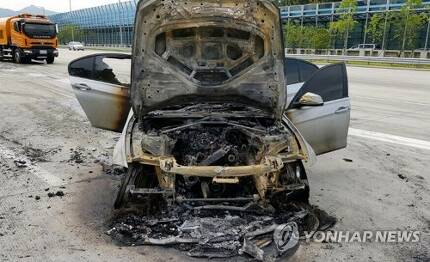 제2경인고속도서 BMW 320d 또 화재 (의왕=연합뉴스) 9일 오전 8시 50분께 경기도 의왕시 제2경인고속도로 안양방향 안양과천TG 인근을 지나던 BMW 320d에서 불이 나 출동한 소방관에 의해 15분 만에 꺼졌다.      사진은 불에 탄 BMW 320d 차량.  [경기도재난안전본부 제공]  stop@yna.co.kr