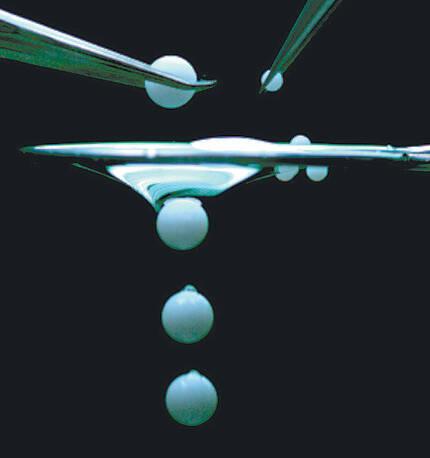 펜실베이니아주립대 연구팀이 개발한 '거꾸로 필터' 위로 크기가 다른 두 종류의 플라스틱 구슬을 떨어뜨렸다. 큰 구슬은 필터를 뚫고 통과했지만 작은 구슬은 필터에 걸러졌다. 펜실베이니아주립대 제공