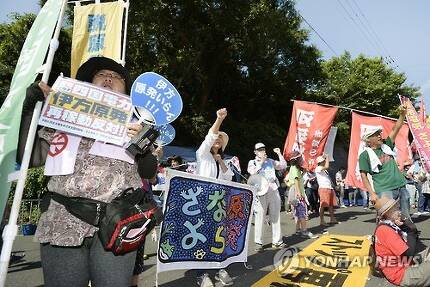 2016년 8월 일본 에히메(愛媛)현 시코쿠(四國)전력 이카타(伊方)원전 3호기가 재가동되자 주민들이 원전 정문 주변에서 반대 시위를 하고 있는 모습 [교도=연합뉴스 자료사진]