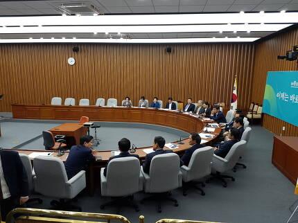8일 의원총회장에 모인 바른미래당 의원들. 조명균 통일부 장관이 오기 전이다. 송경화 기자