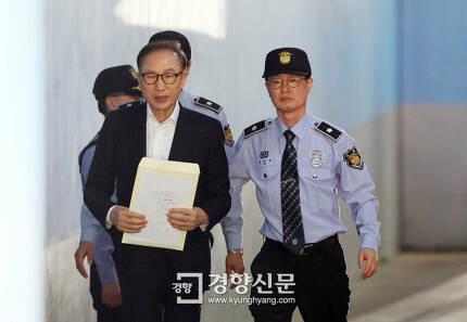 이명박 전 대통령이 지난 5월23일 서울 서초동 서울중앙지방법원에서 열린 첫 공판에 출석하고 있다./ 이준헌 기자