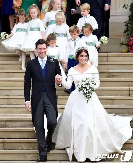 엘리자베스 2세 여왕의 손녀인 유지니 빅토리아 헬레니 공주와 신랑인 잭 브룩스뱅크 © AFP=뉴스1