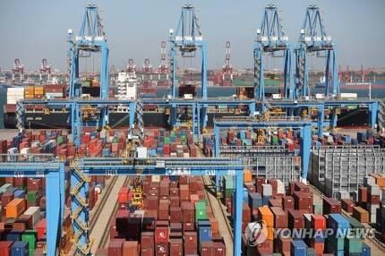 중국 칭다오항의 수출입 컨테이너들 [로이터=연합뉴스]