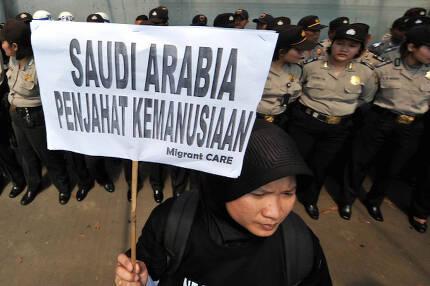 """인도네시아의 시민단체 활동가가 지난 1일(현지시간) 수도 자카르타의 사우디아라비아 대사관 앞에서 """"사우디는 인권 범죄국""""이라는 팻말을 들고 투티에 대한 사형 집행에 거세게 항의하고 있다. 자카르타 AFP"""