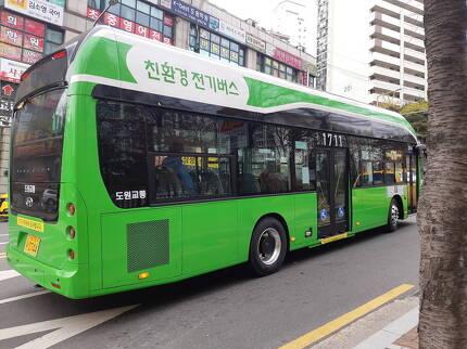 18일 친환경 전기버스가 서울 시내를 주행하는 모습