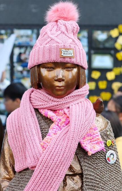 △11월 14일 오후 서울 종로구 일본대사관 앞에서 열린 제1361차 일본군 '위안부' 문제 해결을 위한 정기 수요집회에서 누군가가 준비한 모자와 목도리가 평화의 소녀상에 입혀져 있다.[사진=연합뉴스]