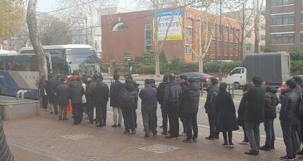 6일 낮 12시께 케이티(KT) 혜화지사 직원들이 줄을 서서 아현국사 방향으로 가는 셔틀버스에 오르고 있다. 사진 박윤경 기자