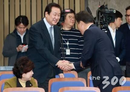 자유한국당 김무성 의원이 30일 오후 서울 여의도 국회에서 열린 의원총회에 참석해 동료의원들과 인사를 나누고 있다./사진=이동훈 기자
