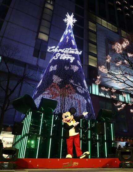 지난달 28일 오후 서울 중구 롯데백화점 본점 앞에서 열린 대형 크리스마스트리 점등식에서 미키마우스가 포즈를 취하고 있다./사진=뉴스1