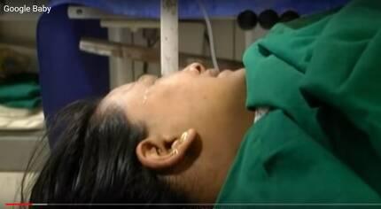 인도 출신의 한 대리모 여성이 출산 후 눈물을 흘리는 모습. [사진 구글베이비 캡처]
