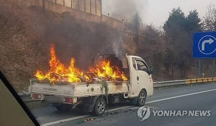 주행 중인 트럭 불 [독자 제공]