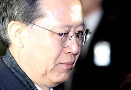 사법행정권 남용 의혹으로 구속영장이 청구된 박병대 전 대법관이 23일 서울중앙지법에서 열린 영장실질심사를 마친 뒤 법원을 나서고 있다./연합뉴스