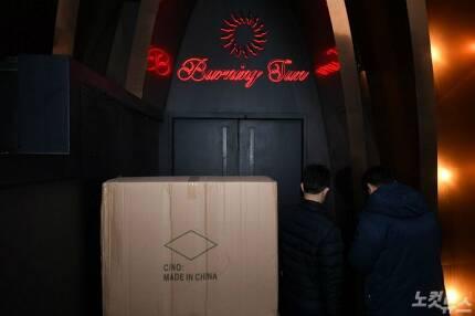 서울지방경찰청 광역수사대가 14일 오후 서울 강남구의 클럽 '버닝썬' 출입구로 들어가고 있다. 이한형기자