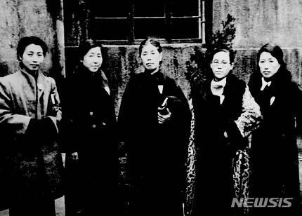 【서울=뉴시스】1943년 재건대한애국부인회 회원들. 왼쪽부터 차례로 최선화, 김현주, 김순애, 권기옥, 방순희. (사진 = 한국사데이트베이스)