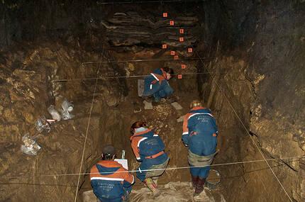 ⓒMAX PLANCK INSTITUTE 데니소바인과 네안데르탈인은 10여만 년 동안 번갈아가면서 데니소바 동굴에서 살았다. 위는 데니소바 동굴을 조사하는 러시아 고고학자들.