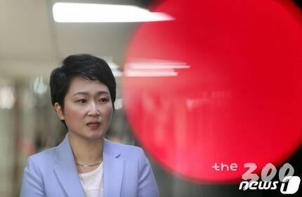 (서울=뉴스1) 이종덕 기자 = 이언주 바른미래당 의원이 18일 서울 여의도 국회에서 열린 바른미래당 의원총회에서 발언 후 의총장을 나서며 기자들의 질문에 답변하고 있다. 이언주 의원은 '당원권 1년 정지' 징계중이나 이날 바른미래당 의총에 참석했다. 2019.4.18/뉴스1  <저작권자 © 뉴스1코리아, 무단전재 및 재배포 금지>