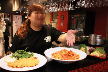 일본 센다이시의 한 멍게 요리 전문점은 피해지 양식업자와 계약해 수산물 요리를 손님 식탁에 올리고 있다. 사진= 요리 전문점 홈페이지 캡처