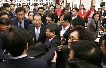 문희상 국회의장이 24일 오전 서울 여듸고 국회 의장실에서 자유한국당 의원들이 선거제 개편안 및 공수처 설치법안 등 신속처리안건과 관련해 의장실을 점거하자 경호를 받으며 빠져나가고 있다. / 사진=이동훈 기자 photoguy@