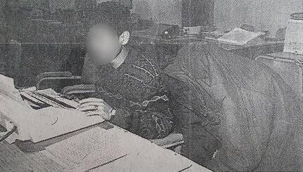 화성연쇄살인사건의 유력한 용의자로 지목된 이춘재(56ㆍ오른쪽)가 1994년 충북 청주시에서 처제를 성폭행한 뒤 살인한 혐의로 검거돼 옷을 뒤집어쓴 채 경찰조사를 받고 있는 모습. 중부매일제공=연합뉴스
