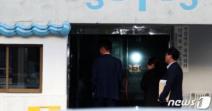 23일 오전 검찰 관계자들이 압수수색을 위해 서울 서초구 방배동 조국 법무부 자택으로 들어서고 있다. 2019.9.23/뉴스1 © News1 황기선 기자