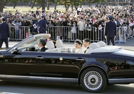 (도쿄 교도=연합뉴스) 나루히토 일왕과 마사코 왕비가 탄 오픈카가 10일 오후 도쿄 도심 거리를 지나갈 때 인도에 운집한 행인들이 스마트폰 등으로 사진을 찍고 있다.