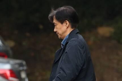 ⓒ연합뉴스조국 전 법무부 장관이 10월28일 자택에서 외출하고 있다.