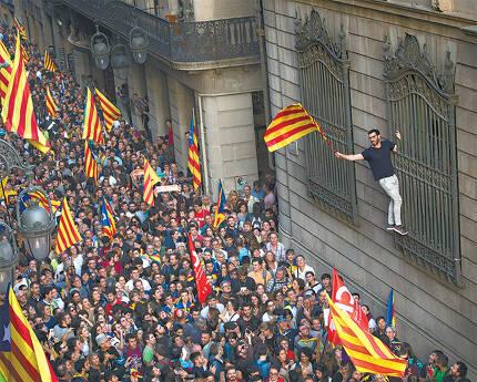 스페인 카탈루냐주의 독립주의자들이 2017년 10월 27일 주도 바르셀로나 주청사 앞에서 독립을 선포한 후 카탈루냐 기를 흔들며 행진하고 있다. 당시 중앙정부는 공권력을 투입해 즉각 자치권을 박탈했다. 이후 2년이 흘렀음에도 카탈루냐 독립을 둘러싼 찬반양론이 거세다. 바르셀로나=AP 뉴시스