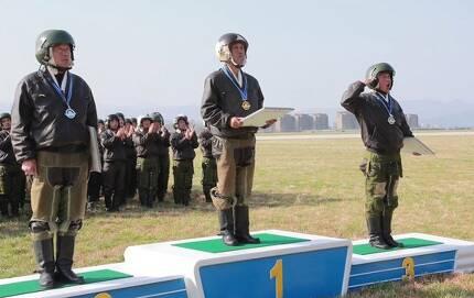 16일 북한 원산갈마비행장에서 열린 '조선인민군 항공 및 반항공군 비행지휘성원들의 전투비행술경기대회-2019'에서 뛰어난 실력을 보인 조종사들이 상장을 받고 있다.[연합뉴스]