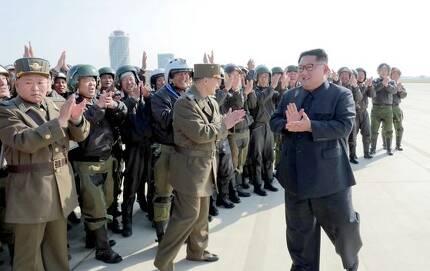 김정은 국무위원장이 원산갈마비행장에서 열린 '조선인민군 항공 및 반항공군 비행지휘성원들의 전투비행술경기대회-2019'를 참관했다고 조선중앙TV가 16일 보도했다. 김 위원장이 참가자들과 박수를 치고 있다.[연합뉴스]