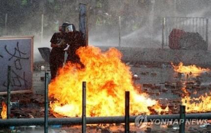 홍콩 이공대 인근서 시위대-경찰 격렬 충돌 [로이터통신=연합뉴스]