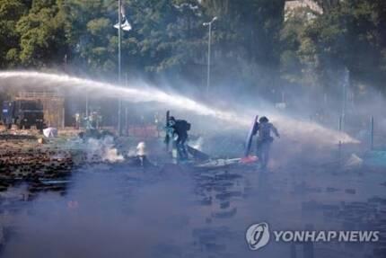 파란색 염료를 섞은 물대포를 쏘는 홍콩 경찰 [EPA통신=연합뉴스]