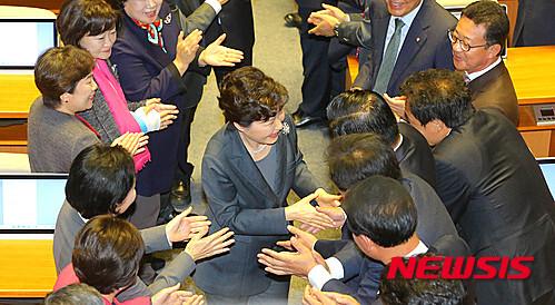 【서울=뉴시스】이종철 기자 = 27일 오전 박근혜 대통령이 국회에서 열린 시정연설후 의원들과 인사하며 퇴장하고 있다. 2015.10.27.     photo@newsis.com