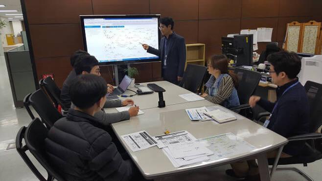 이민호 한국과학기술정보연구원 생명의료HPC연구센터장이 팀원들과 치매데이터 네트워크 분석 방법에 대해 논의하고 있다.