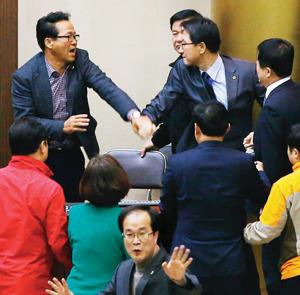 누리과정 예산 편성과 관련해 여야 간 입장이 좁혀지지 않는 가운데 2015년 12월 31일 수원시 경기도의회 본회의장에서 더불어민주당 의원과 새누리당 의원이 몸싸움을 벌이고 있다. 동아DB