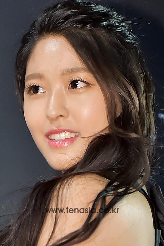 배우 김설현이 10일 오후 서울 강남구 신사동 CGV 청담씨네시티점에서 열린 '제 5회 마리끌레르 영화제'에 참석해 포토타임을 갖고 있다.