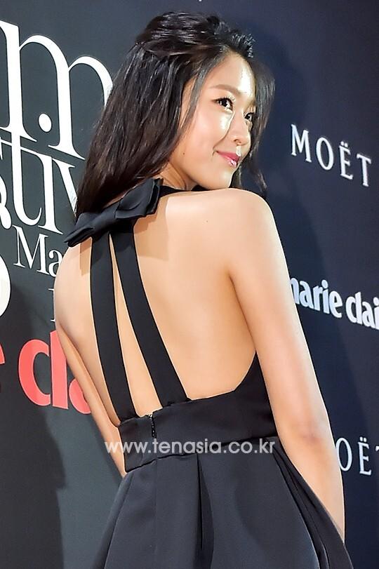 배우 김설현이 포즈를 취하고 있다.