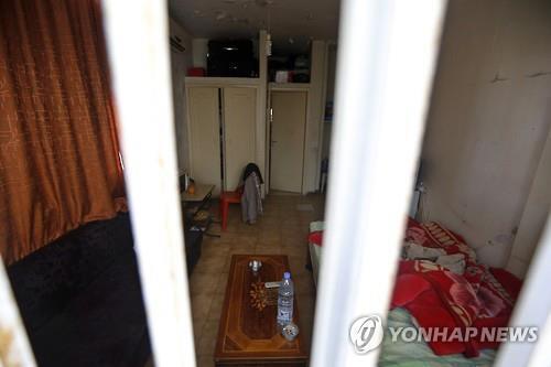 이달초 성노예 여성 75명이 구출된 레바논 중부 주니에 홍등가의 셰모리스 호텔. 창문에 탈출을 막기 위한 철창이 쳐져 있다. (AFP=연합뉴스)