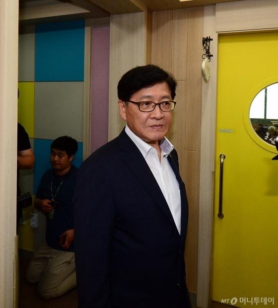 정진엽 보건복지부 장관(사진 왼쪽)이 23일 오후 충남 공주시의 한 민간어린이집을 방문했다./사진=뉴스1