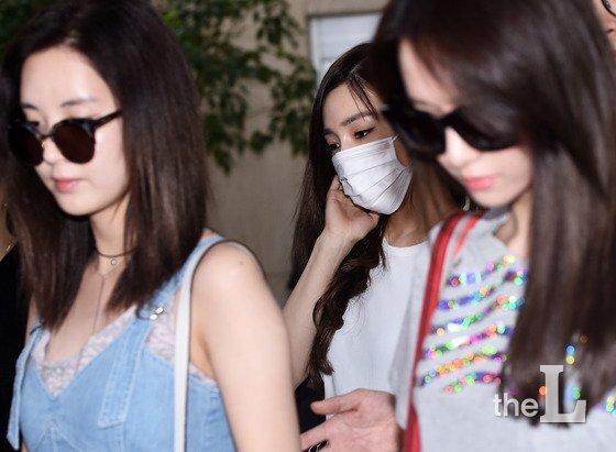 소녀시대 티파니가 15일 오후 'SMTOWN LIVE'(에스엠타운 라이브) 콘서트를 마치고 김포국제공항을 통해 입국하며 논란을 의식한 탓인지 멤버들과 스태프들 사이로 입국하고 있다. /사진=뉴스1