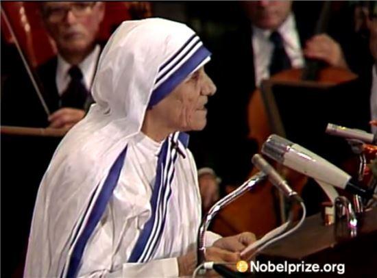 1979년 12월 10일, 노벨평화상 수상 후 소감을 밝히는 테레사 수녀 / 사진 = NovelPrize.org 영상 캡쳐