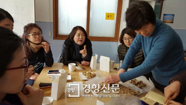 서울 중랑구 면목동 초록상상에서 강정을 만들며 이야기를 나누는 주민들. / 초록상상 제공