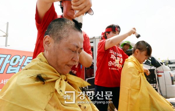 지난달 12일 김포공항 청소노동자들이 한국공항공사 퇴직자 출신 용역회사 간부들의 성추행과 인권침해를 폭로하는 삭발식을 진행하며 눈물을 흘리고 있다. / 강윤중 기자