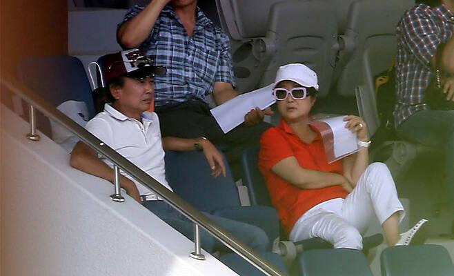 2013년 7월19일 경기도 과천경마공원에 앉아 있는 정윤회씨(왼쪽)와 부인 최순실씨 © 한겨레신문 제공