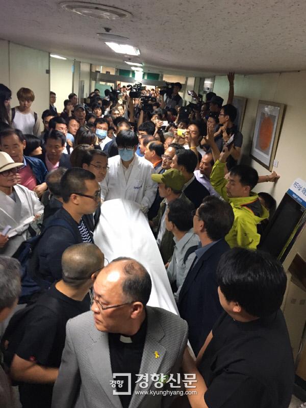 백남기대책위 등 시민단체 관계자들이 서울대병원 중환자실에서 백씨 시신을 옮기고 있다. 백경열 기자