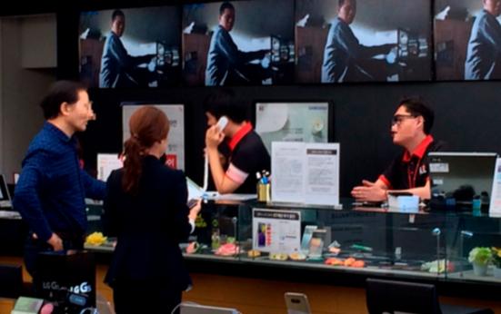 광화문 KT스퀘어 직원이 갤럭시노트7을 바꾸러 온 남성 고객에게 제품 교환에 관한 설명을 하고 있다. / 전준범 기자